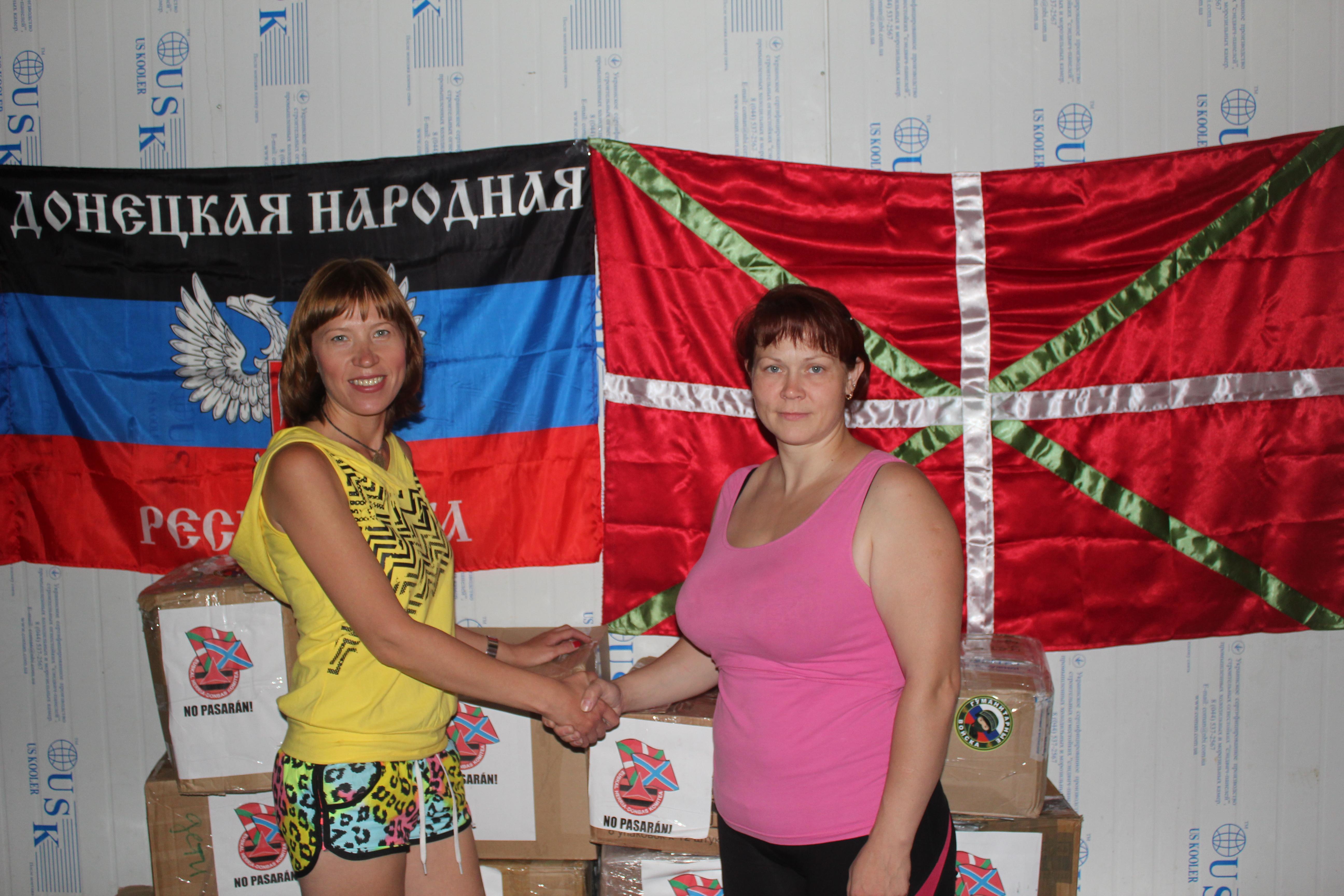 """Entrega de la ayuda humanitaria a la activista de la Organización """"Solidaridad Donbass""""."""