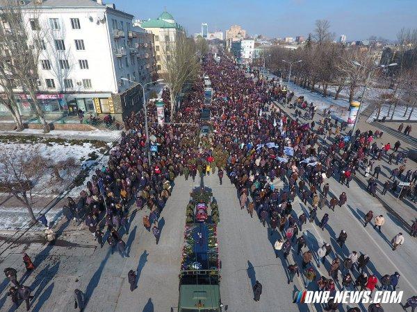"""El pueblo despide a Mihail Tolstyh """"Givi"""", héroe de la República Popular de Donetsk"""
