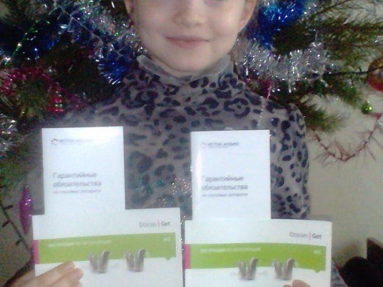 La pequeña Olga recibe sus audífonos gracias a la campaña de la Banda Bassotti