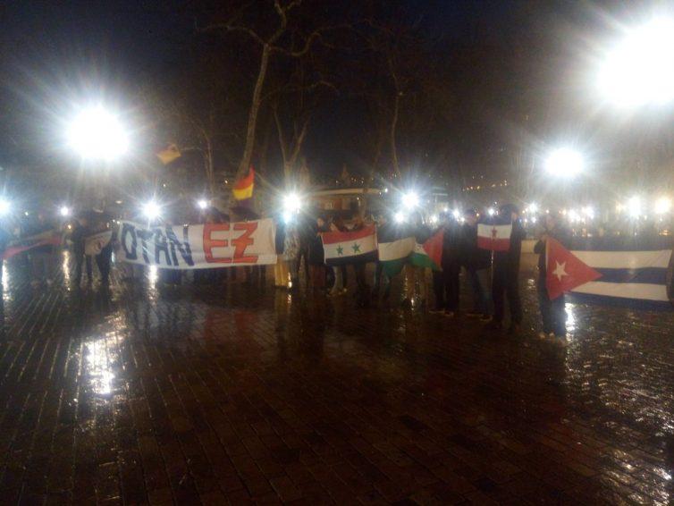 PESE AL MAL TIEMPO VARIAS DECENAS DE PERSONAS SE HAN MOVILIZADO EN BILBO CONTRA LA OTAN