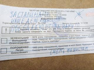 Miles de papeletas antifascistas entre los votos de las elecciones presidenciales de Ucrania.