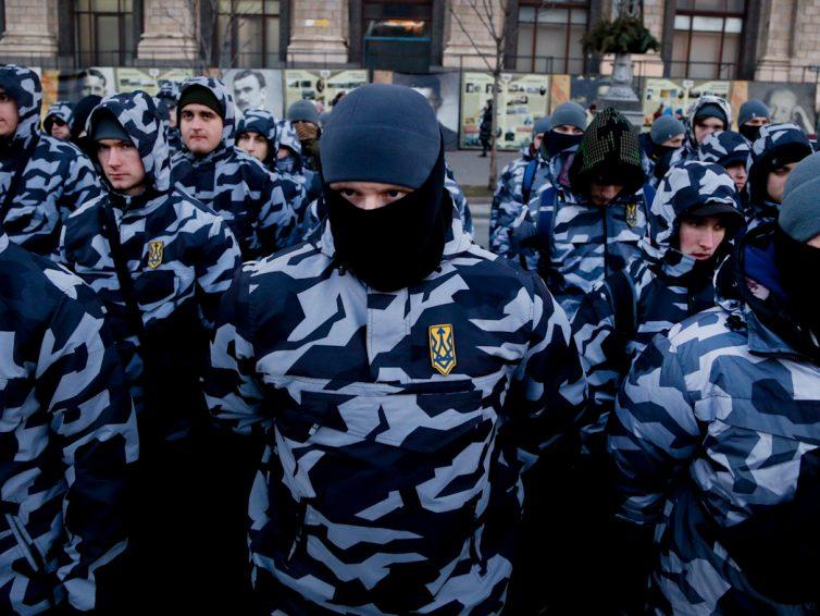 Mientras Ucrania desciende a la situacion de Estado fallido, los fascistas respaldados por EEUU explotan el caos