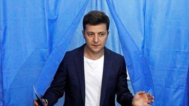 Zelenskik Ukrainako hauteskundeak irabazi ditu, hauteslekuetako inkesten arabera