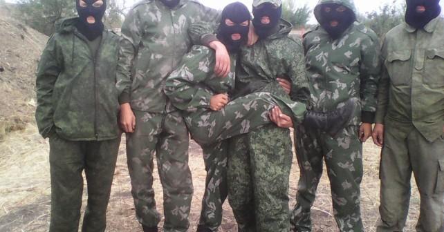 Soldadu ukrainiarren gerra krimen berri bat Donbassen. Motorra lapurtzen utzi ez den agure bat hil dute kolpeka