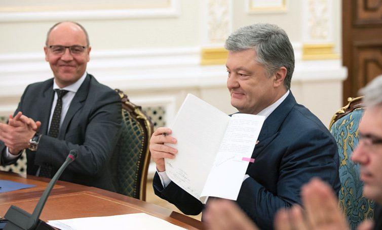 Poroshenko firmó la ley que establece el ucraniano como única lengua estatal de Ucrania