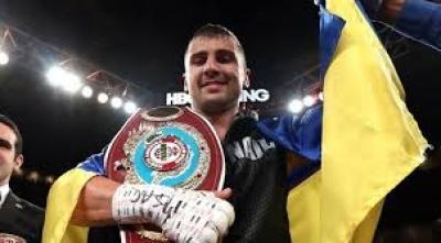 El boxeador ucraniano Alexander Gvozdik, campeon del mundo de peso pesado, afirma que la guerra entre Ucrania y Rusia es una mentira