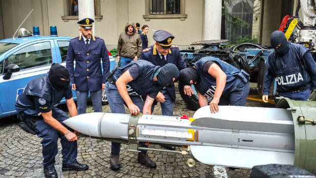 Incautan en Italia un arsenal de armas de guerra a neonazis que habian luchado en Donbass contra las milicias