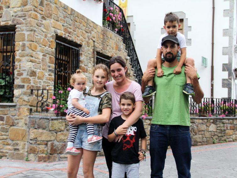 Txernobileko ume ukrainiar bateri harrera egin dion Nerea Romero bizkaitarrari elkarrizketa